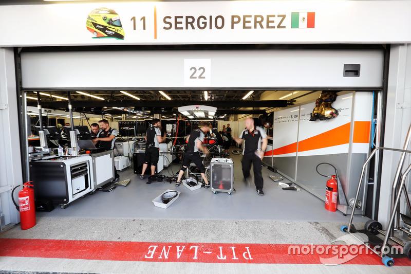 La reparación del Sahara Force India F1 Team el Sahara Force India F1 VJM09 de Sergio Pérez, antes d