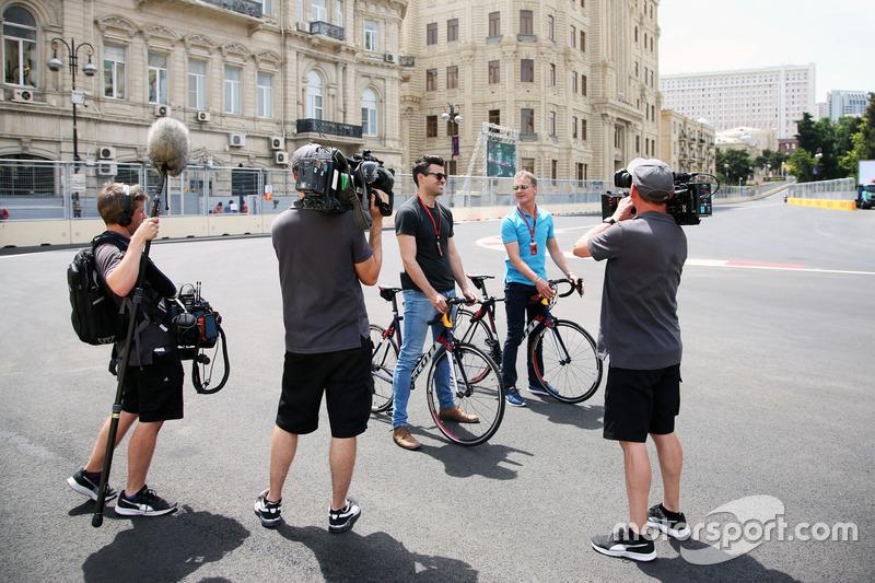 (Зліва направо): Стів Джонс, репортер Channel 4 F1 та Девід Култхард, Red Bull Racing and Scuderia