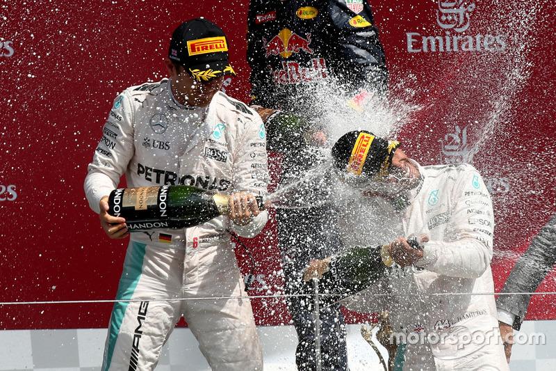 Podio: Nico Rosberg, Mercedes AMG F1, segundo; Lewis Hamilton, Mercedes AMG F1 ganador de la carrera; celebrar con champagne