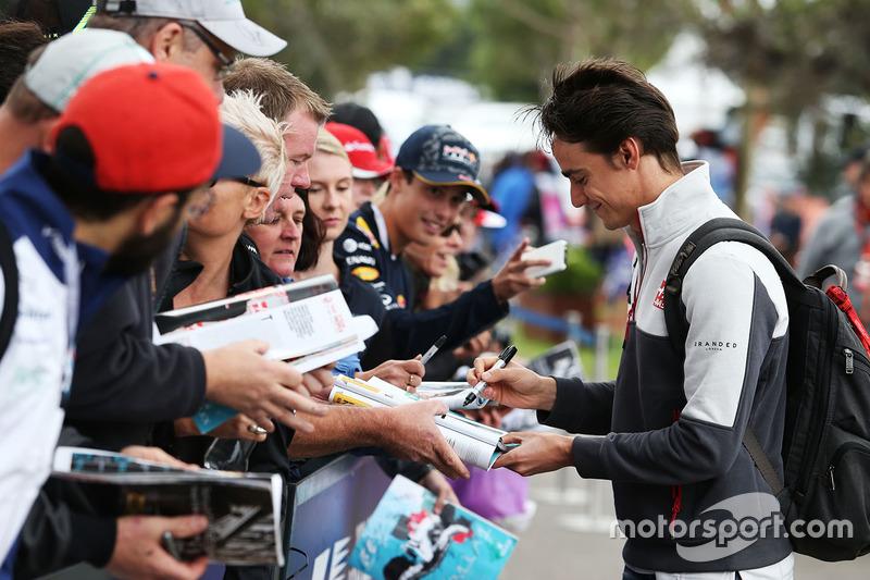 Esteban Gutierrez, Haas F1 Team firma autógrafos para los fans