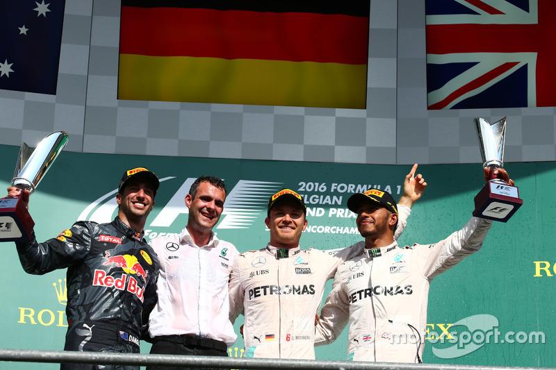 1° posto per Nico Rosberg, Mercedes AMG Petronas F1 W07, 2° posto per Daniel Ricciardo, Red Bull Rac