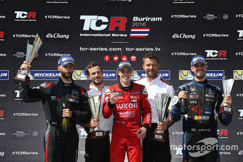 Podio: il vincitore James Nash, Team Craft-Bamboo, SEAT León TCR, secondo Mikhail Grachev, West Coast Racing, Honda Civic TCR, terzo Dusan Borkovic, B3 Racing Team Hungary, SEAT León TCR
