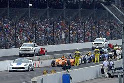 Fernando Alonso, Andretti Autosport Honda, und Rest des Feldes warten während einer Rennunterbrechung