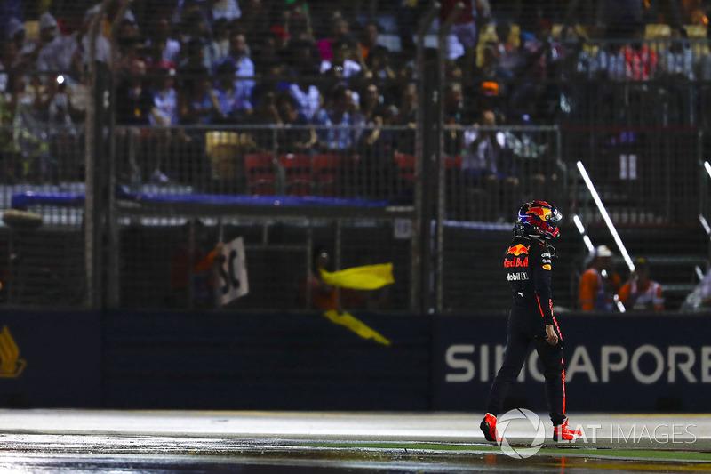 Max Verstappen, Red Bull, camina de regreso a boxes