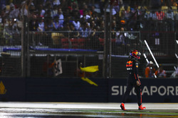Max Verstappen, Red Bull, camina de regreso a pits