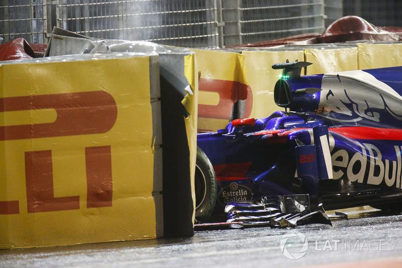 Daniil Kvyat também provocou a entrada do Safety Car, ao bater nas barreiras.