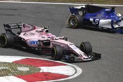 Esteban Ocon, Force India VJM10, devance Marcus Ericsson, Sauber C36