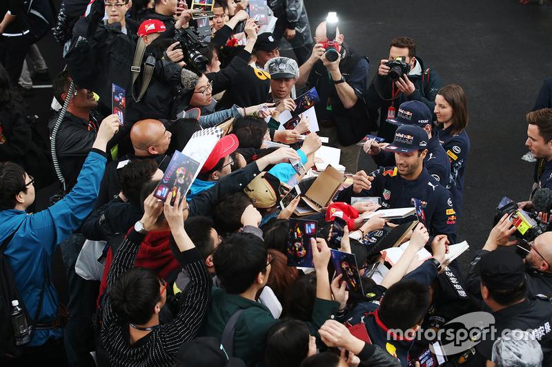 Daniel Ricciardo, Red Bull Racing, und Max Verstappen, Red Bull, schreiben Autogramme