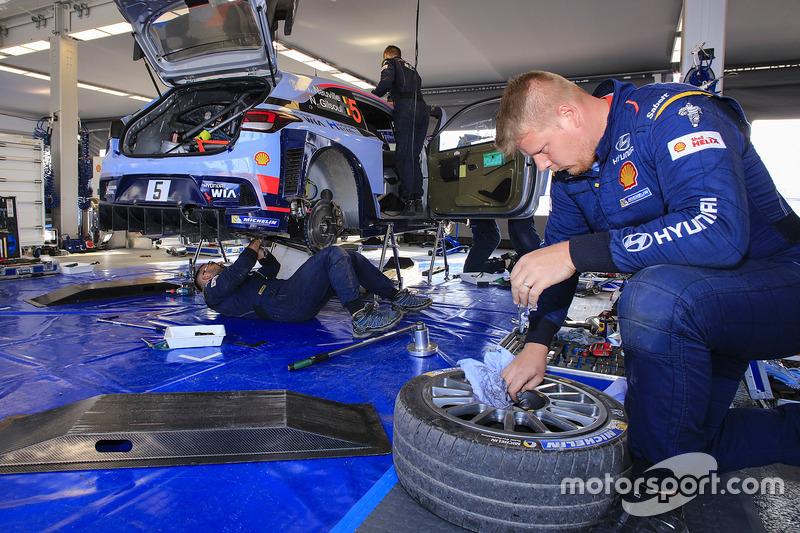 Hyundai Motorsport mechanics