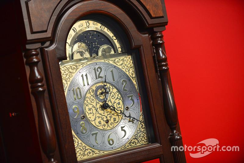 Martinsville-Siegertrophäe: Grandfahter Clock