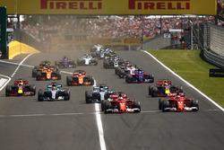Sebastian Vettel, Ferrari SF70H, Kimi Raikkonen, Ferrari SF70H, Valtteri Bottas, Mercedes AMG F1 W08, Lewis Hamilton, Mercedes AMG F1 W08, Max Verstappen, Red Bull Racing RB13 et Daniel Ricciardo, Red Bull Racing RB13 au départ