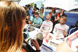 Nick Heidfeld, Mahindra Racing, Felix Rosenqvist, Mahindra Racing, y Oliver Turvey, NEXTEV TCR Formula E Team, firma autógrafos para los fans