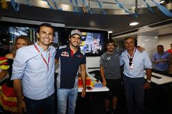 Pedro de la Rosa, Carlos Sainz Jr., Scuderia Toro Rosso ve Carlos Sainz, Fernando Alonso, McLaren'in 36. yaş gününü kutluyor