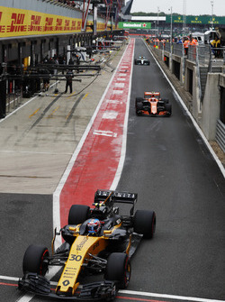 Jolyon Palmer, Renault Sport F1 Team RS17, Stoffel Vandoorne, McLaren MCL32 y Lewis Hamilton, Mercedes AMG F1 W08
