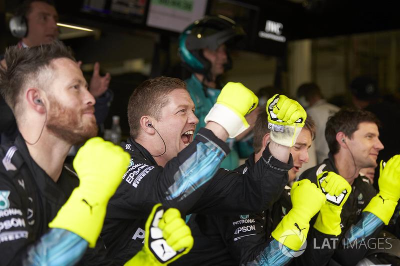 Mecánicos de Mercedes celebran el triunfo de Lewis Hamilton, Mercedes AMG F1 W08