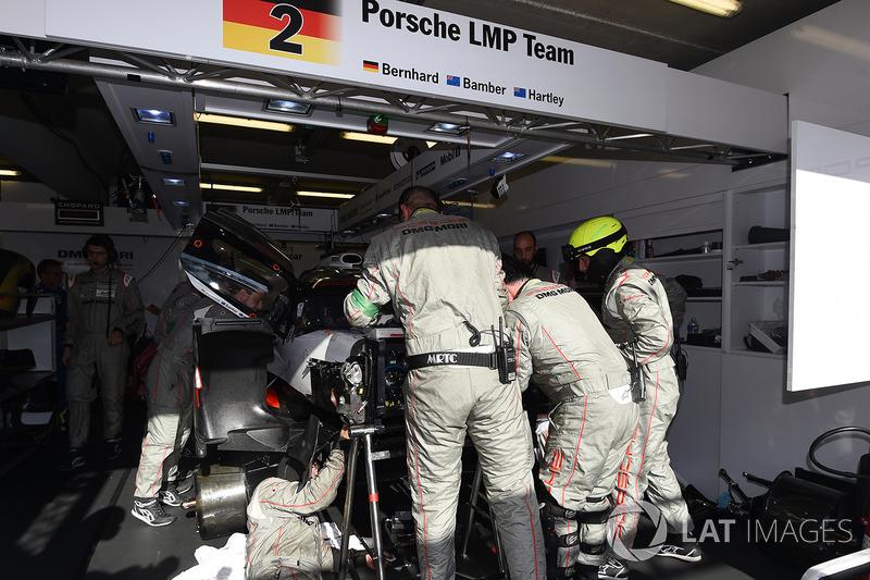 Механіки працюють із #2 Porsche Team Porsche 919 Hybrid