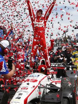 Sébastien Bourdais, Dale Coyne Racing Honda, celebra en Victory Lane