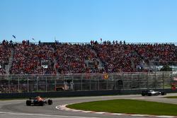 Lance Stroll, Williams FW40 y Fernando Alonso, McLaren MCL32