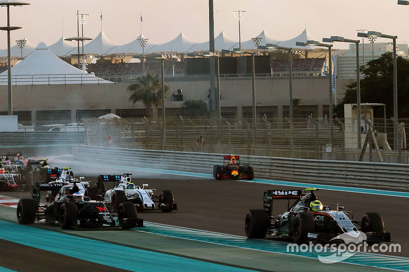 Max Verstappen, Red Bull Racing RB12 trompea al inicio de la carrera