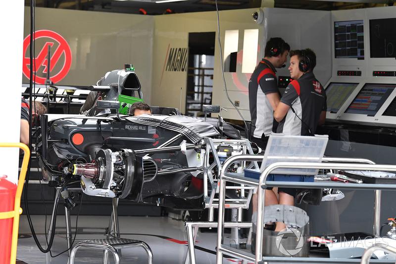 Haas VF-17 en el garaje