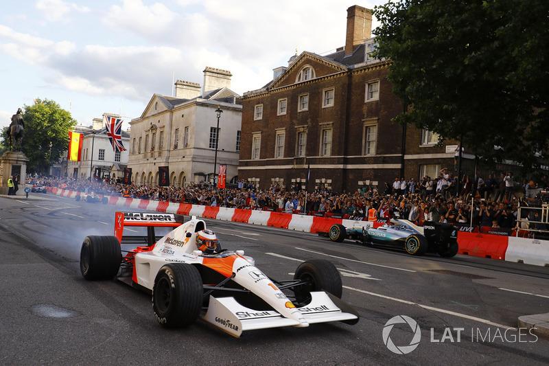 Stoffel Vandoorne, McLaren MP4/6; Valtteri Bottas, Mercedes AMG F1