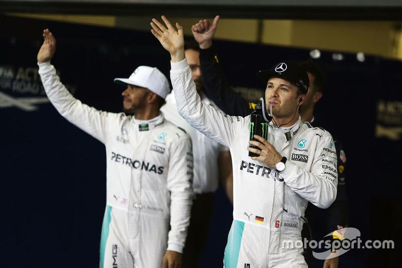 Nico Rosberg, de Mercedes AMG F1 celebra su segundo puesto en la clasificación de parc ferme con su compañero de equipo Lewis Hamilton, Mercedes AMG F1