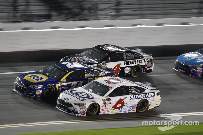 Trevor Bayne, Roush Fenway Racing, Ford; Chase Elliott, Hendrick Motorsports, Chevrolet; Kevin Harvick, Stewart-Haas Racing, Ford