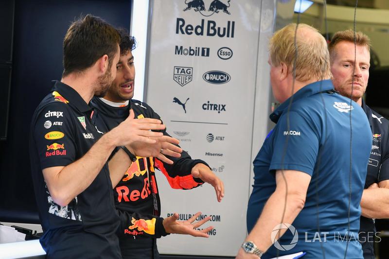 Daniel Ricciardo, Red Bull Racing und Jo Bauer, Sicherheitsdelegierter, FIA