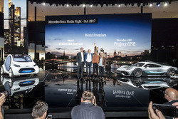 Ола Келеніус, доктор Дітер Цетше, голова правління компанії Daimler AG та керівник Mercedes-Benz, Льюіс Хемілтон, Бріта Сейгер з проектом Mercedes-AMG Project ONE