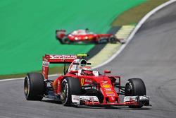 Кими Райкконен, Ferrari SF16-H. На заднем плане - развернувшийся Себастьян Феттель, Ferrari SF16-H