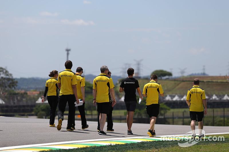 Jolyon Palmer, Renault Sport F1 Team bei der Streckenbegehung mit dem Team