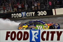 Победитель гонки Кайл Буш, Joe Gibbs Racing Toyota
