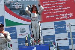 Carlotta Fedeli festeggia la vittoria sul podio di Vallelunga