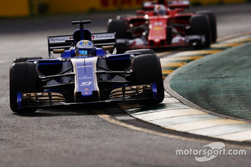 Marcus Ericsson, Sauber C36, delante de Sebastian Vettel, Ferrari SF70H