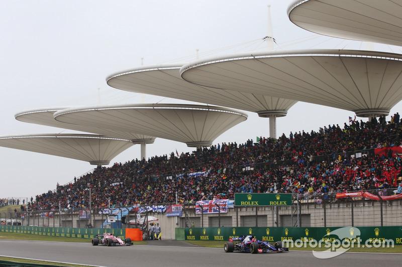 Daniil Kvyat, Scuderia Toro Rosso STR12, vor Esteban Ocon, Force India VJM10