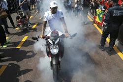 Burnouts auf dem Motorrad: Lewis Hamilton, Mercedes AMG F1 W08, mit seinem MV Agusta Custom Dragster RR LH44 Superbike