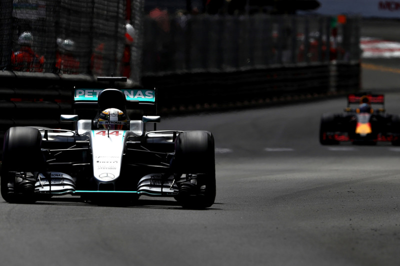 Lewis Hamilton, híbrido de W07 Mercedes AMG F1 en pista por delante de Daniel Ricciardo, Red Bull Ra