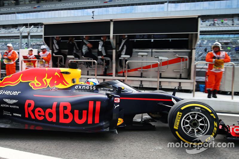 Daniel Ricciardo, Red Bull Racing RB12, abandona el pit-lane con el Aero Screen