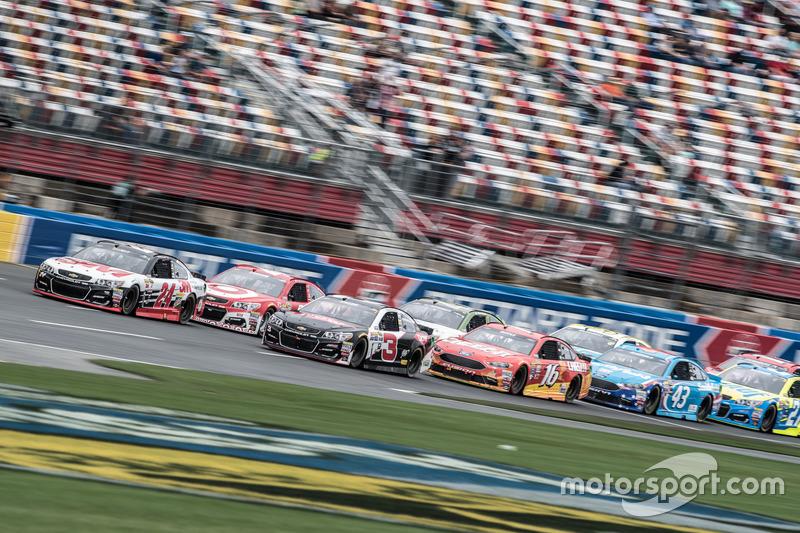 Restart: Chase Elliott, Hendrick Motorsports Chevrolet leads