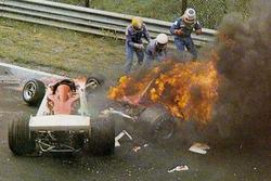 ألسنة اللهب تشتعل في سيارة نيكي لاودا، فيراري بعد حادثه قرب منعطف بيرغفيرك