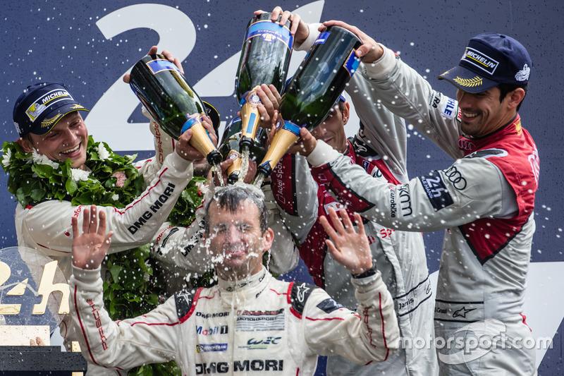 Podium #2 Porsche Team Porsche 919 Hybrid: Romain Dumas fête la victoire au champagne