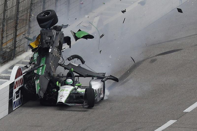 Конор Дейлі, Dale Coyne Racing Honda та Джозеф Ньюгарден, Ed Carpenter Racing Chevrolet in huge cras