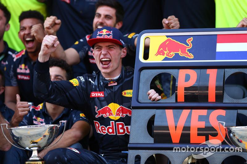 Sieger Max Verstappen, Red Bull Racing feiert mit dem Team