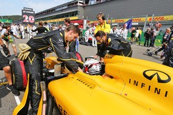 Kevin Magnussen, Renault Sport F1 Team RS16 on the grid