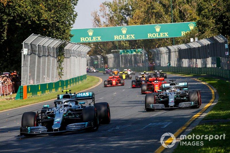 Valtteri Bottas, Mercedes AMG W10 devant Lewis Hamilton, Mercedes AMG F1 W10 au départ