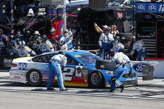 Ryan Blaney, Team Penske, Ford Fusion PPG pit stop