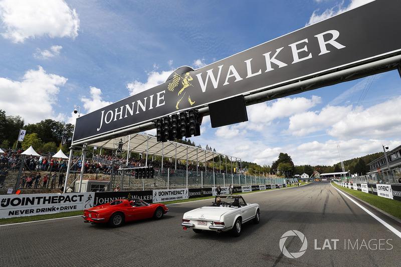 Lewis Hamilton, Mercedes AMG F1, en un Mercedes 230SL, y Sebastian Vettel, Ferrari, en un Ferrari Dino 246 GTS en el drivers parade