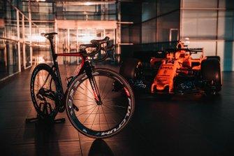 Un vélo Bahrain Merida Pro Cycling Team avec la McLaren MCL33