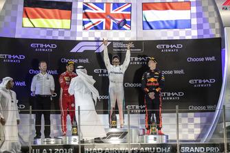 Bradley Lord, directeur de la communication Mercedes AMG, Sebastian Vettel, Ferrari, Lewis Hamilton, Mercedes AMG F1 et Max Verstappen, Red Bull Racing sur le podium