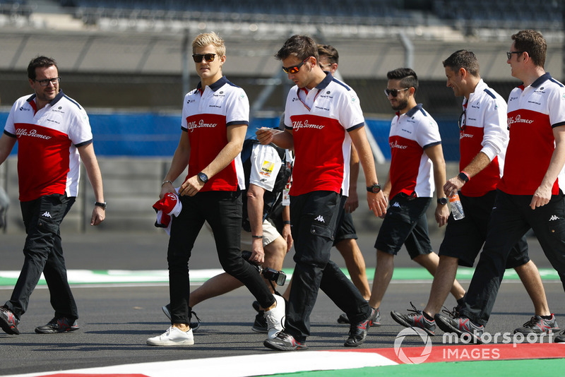 Marcus Ericsson, Sauber, walks the circuit with colleagues